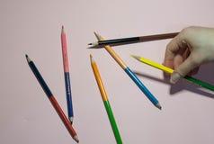 在桃红色背景的许多铅笔 库存照片