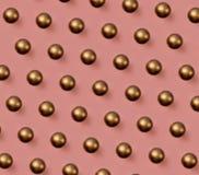 在桃红色背景的金黄圣诞节球样式 免版税库存图片
