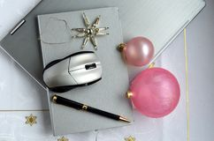 在桃红色背景的银色膝上型计算机与圣诞节球和拷贝间隔flatlay 库存照片