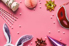 在桃红色背景设置的狂欢节辅助部件 生日或冬天党支柱 蜂窝球,在兔子耳朵形状的头发箍, 库存图片