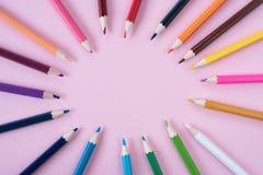 在桃红色背景隔绝的色的铅笔 免版税库存照片