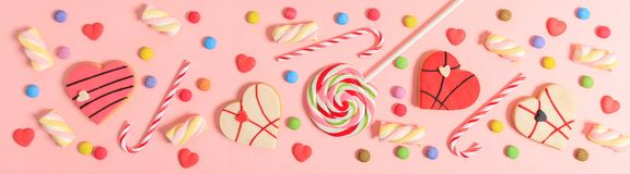 在桃红色背景,顶视图的五颜六色的糖果 库存图片