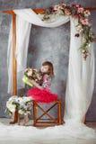 在桃红色芭蕾舞短裙的女孩画象在装饰婚姻的曲拱下 免版税库存照片