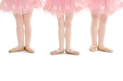 在桃红色芭蕾舞短裙的微小的小孩芭蕾腿 免版税图库摄影