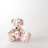 在桃红色花的逗人喜爱的熊玩具 免版税库存照片