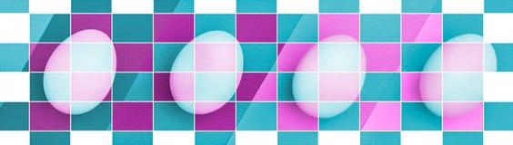 在桃红色蓝色背景的复活节彩蛋 一个假日和复活节快乐的概念 顶视图 颜色栅格马赛克作用 库存图片