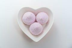 在桃红色蛋白软糖的心脏碗 免版税库存图片