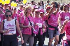 在桃红色颜色打扮的人群od妇女 乳腺癌天 免版税图库摄影