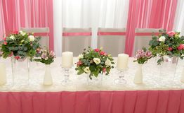 在桃红色颜色的婚礼装饰 免版税库存照片