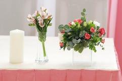 在桃红色颜色的婚礼装饰 免版税图库摄影