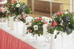 在桃红色颜色的婚礼装饰 库存照片