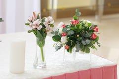 在桃红色颜色的婚礼装饰 免版税库存图片