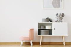 在桃红色颜色的椅子 库存照片