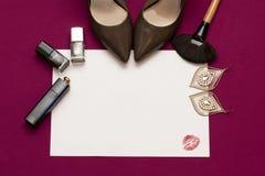 在桃红色颜色的魅力妇女化妆背景 免版税库存图片