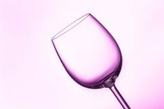 在桃红色紫色照明设备的酒杯 库存图片