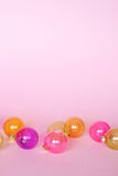 在桃红色backround的创造性的圣诞节球装饰 免版税库存照片