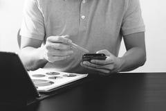 在桃红色T恤杉的商人与聪明的电话和digitl一起使用 库存图片