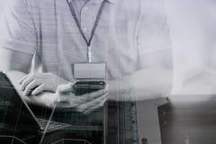 在桃红色T恤杉的商人与聪明的电话和digitl一起使用 库存照片