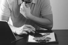 在桃红色T恤杉的商人与聪明的电话和digitl一起使用 免版税库存图片