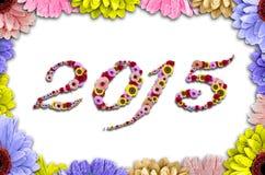 在框架的2015朵花由五颜六色的雏菊做成在木背景 免版税库存照片