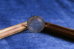 在框架的Bitcoin在蓝色背景 免版税库存图片
