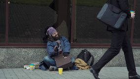 在案件的正面无家可归的鼓 免版税图库摄影