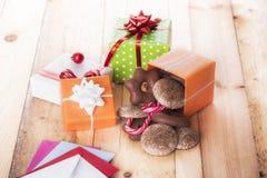 在桌上和甜点涂的礼物 库存照片