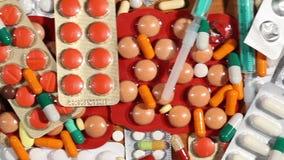 在桌上和药片射击的许多药物 股票录像