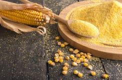 在桌上和面粉涂的玉米棒子 库存图片