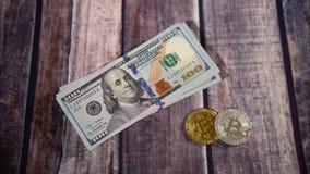 在桌上和bitcoins设置的现金 Bitcoin新兴的价格 时间间隔 bitcoins和小捆绑特写镜头视图  股票录像