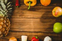 在桌上和veg计划的果子 免版税库存照片