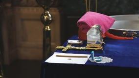 在桌上在教会是洗礼礼拜式的准备的对象  影视素材
