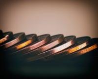 在桌上堆积的欧分硬币  在被弄脏的bac的硬币 免版税库存照片