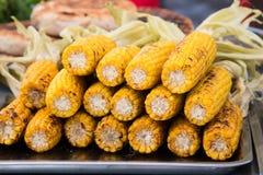 在桌上堆积的煮熟的玉米棒子 免版税库存图片