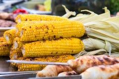 在桌上堆积的煮熟的玉米棒子 库存图片