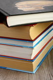 在桌上堆积的课本 库存图片