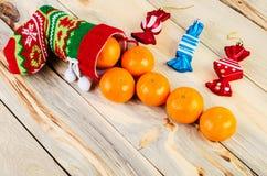 在桌上是一只五颜六色的圣诞节袜子 库存照片