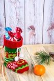 在桌上是一只五颜六色的圣诞节袜子 免版税库存照片