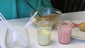 在桌上是与结冰蛋糕流行音乐的和筷子的玻璃他们的 妇女滚动饼干球 为蛋糕流行音乐给上釉的烹调 股票录像