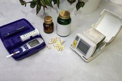 在桌上是医疗设备 血压米,血液su 免版税图库摄影