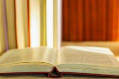 在桌上是在书背景的一本开放书  图库摄影