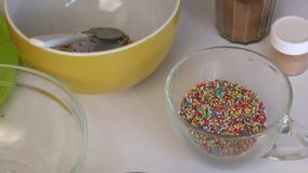 在桌上是在棍子的空白的popcake蛋糕 附近做的流行音乐蛋糕成份 巧克力和五颜六色的选矿 股票视频