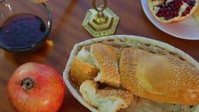 在桌上是犹太新年鸡蛋面包、蜂蜜和石榴的欢乐款待 影视素材