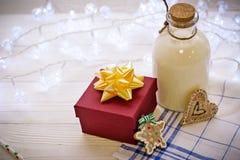 在桌上是礼物和一个瓶milkr 库存图片