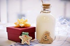 在桌上是礼物和一个瓶milkr 库存照片
