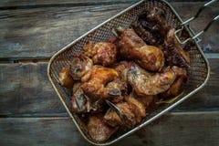 在桌上油煎的鸡 免版税库存图片