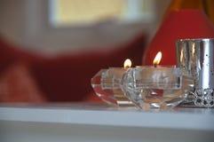 在桌上点燃的蜡烛台 库存图片