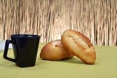 在桌上烤的法式面包 免版税库存图片