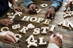 在桌上的一个木字母表希望词 免版税库存图片