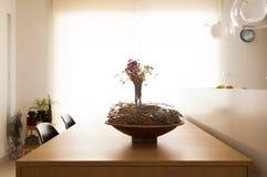 在桌上的一个木盘 免版税库存照片